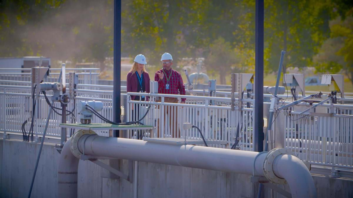 Two water renewal workers at the water treatment plant
